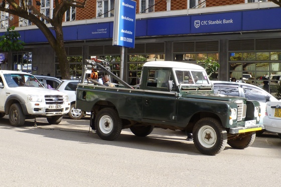 Safari vehicle tow truck