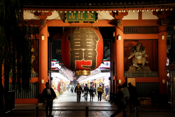 Sensō-ji temple entrance Kaminarimon