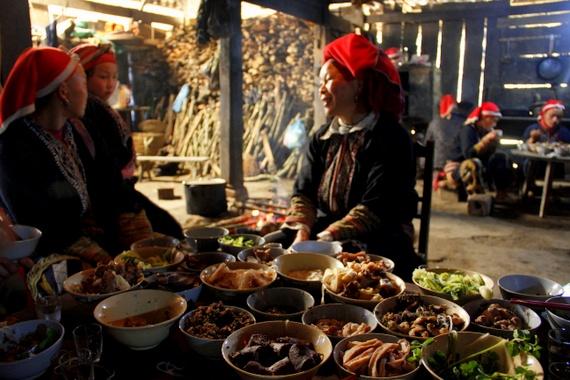 Red Dao ladies eating TET meal