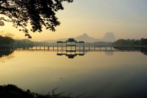Sunrise at Kan Thar Yar Lake bridge