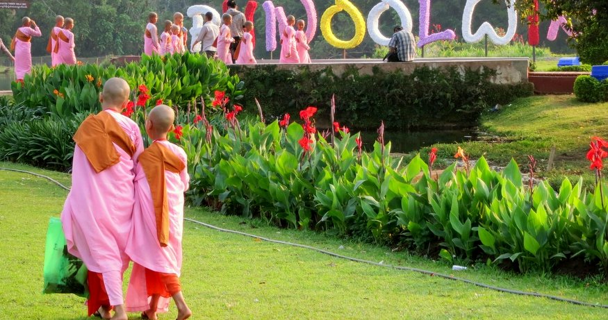 monks at Pyin U Lwin park